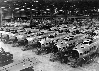 1280px-B-17Es_at_Boeing_Plant_Seattle_Washington_1943-640x462
